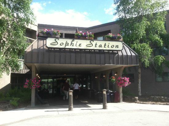 Sophie Station Suites: Entrance to hotel/suites