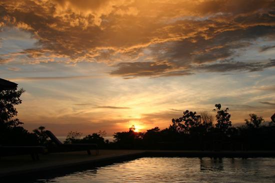 Lodge Ylang Ylang : Sunset from the pool