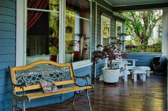 The Maxwell House Bed and Breakfast : Front Porch Seating