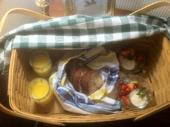 Sherburne Inn: Breakfast Basket: OJ, Banana Bread, Fresh Fruit and Vanilla yogurt. Came by 8:30 each AM