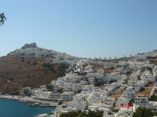 Astypalaia Hotel Palace : lovely view,the Palace is to the right of the windmills