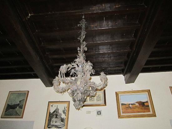Soggiorno Antica Torre: Il lampadario della reception: immaginate il resto!
