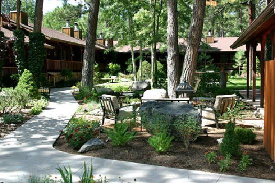 Shadow Mountain Lodge and Cabins: Relaxing in the Gardens