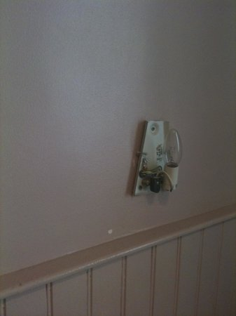 Hotel Mistral: Missing lamp cover, with the exposed wiring