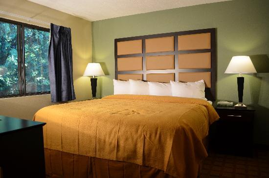 Quality Inn & Suites Marinette: Suite Bedroom