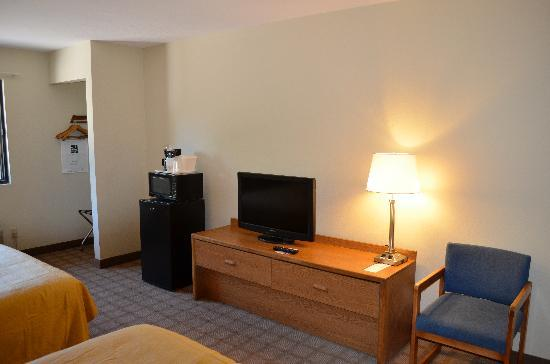 Quality Inn & Suites Marinette: Guest room with added amenities