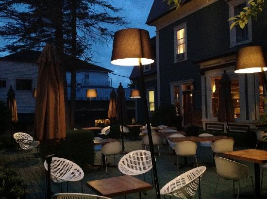 Le Pleasant Cafe: Our terrace at night
