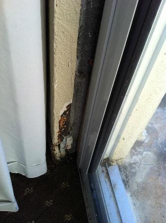 Clarion Inn: Rust on wall by door