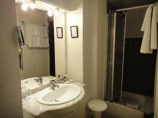 Aston Hotel Paris: バスルーム