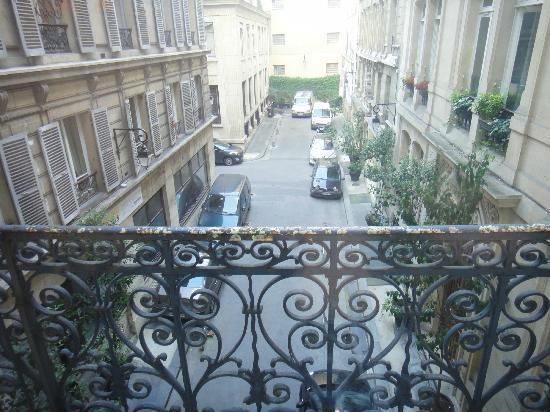 Aston Hotel Paris: 部屋から見える裏通り