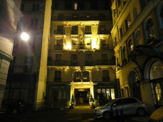 Aston Hotel Paris: 夜の外観
