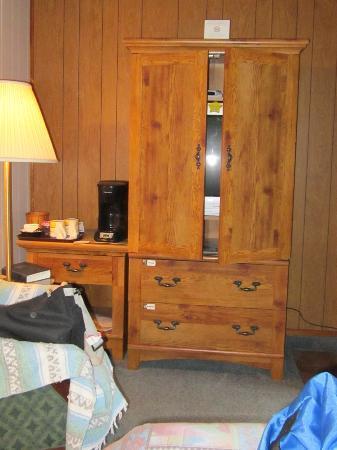 Totem Trail Motel: tv cabinet, etc