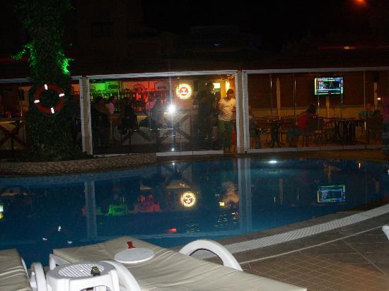 Club Amaris Apartments: pool and bar at night