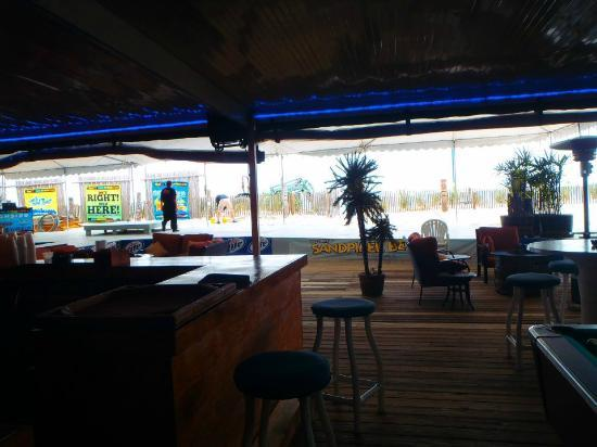 The Sandpiper Beacon Beach Resort: Inside the tiki bar
