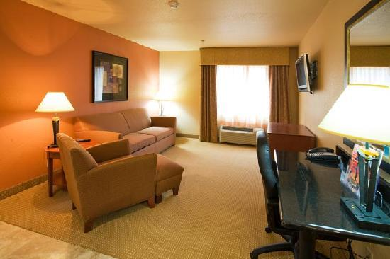 Hotel Ruidoso - Midtown: 2 rooms king suite living room