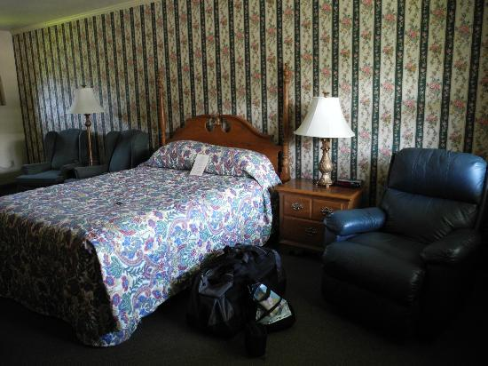 Glass House Inn: View of the room with comfy recliner