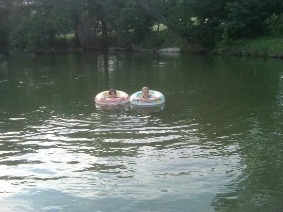 Haven River Inn: Kids in the river with tubes