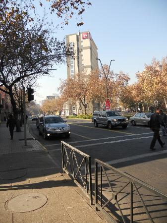 Ibis Santiago Providencia: Vista do prédio do IBIS -  Av Providência