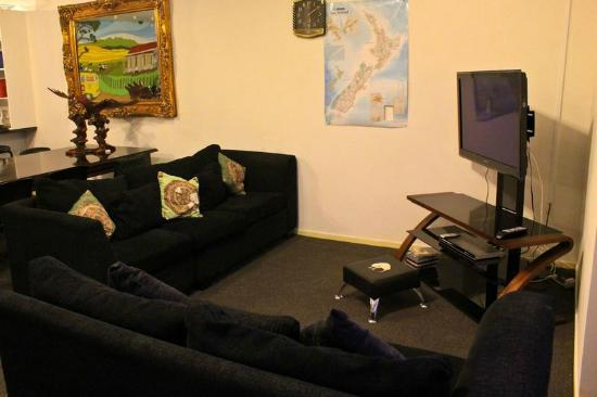 Eagles Nest Backpackers: lounge