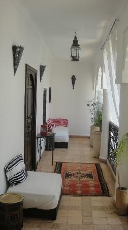 Riad Asna: pasillo con alfombras berbere!