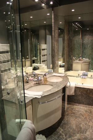 Bed and Breakfast VIP Champs Elysees: Marble bathroom