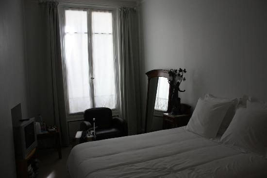Bed and Breakfast VIP Champs Elysees: Great natural light in Bedroom 1