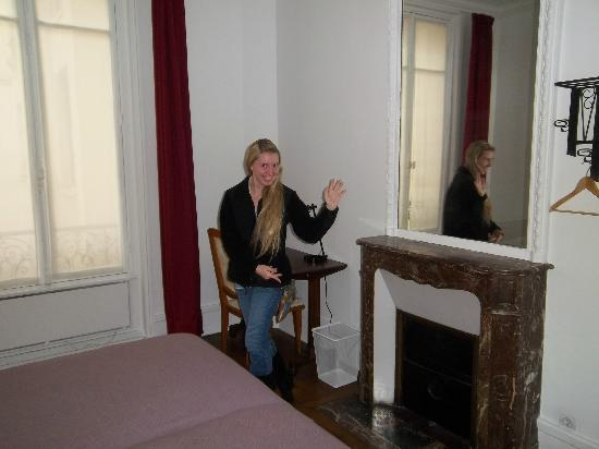 Bed and Breakfast VIP Champs Elysees: Daughter loved the marble fireplace in Bedroom 2