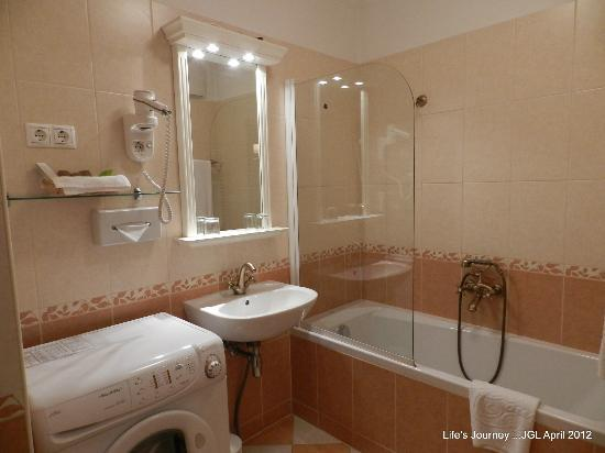 Queen's Court Hotel & Residence: Bathroom