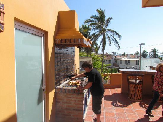Las 7 Maravillas: Nuestro amigo cocinando en la terraza
