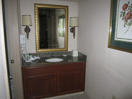 Homewood Suites by Hilton-Hillsboro/Beaverton: Bathroom nice but on the small side