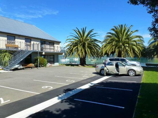 Akaroa Waterfront Motels: Parking