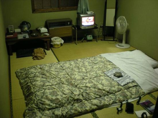 Business Hotel Castle: 昭和の薫りがする部屋。バス・トイレなし。