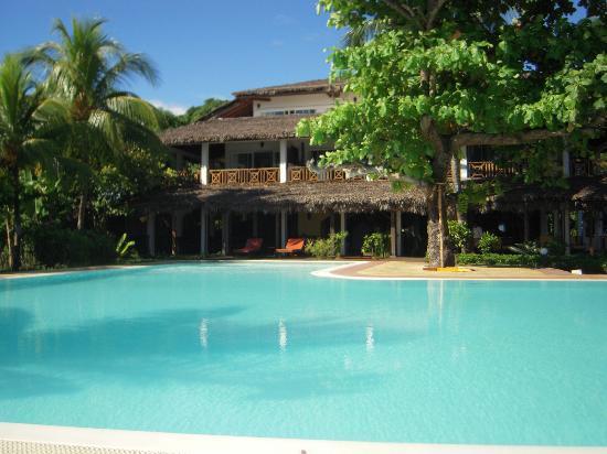 Hotel Arc en Ciel: La struttura dell'hotel vista dalla piscina