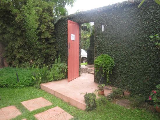 Urban by CityBlue Kampala, Uganda: Through the garden gate to the restaurant