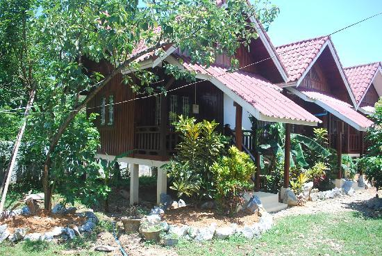 Phongsavanh Resort: double bungalows with balcony