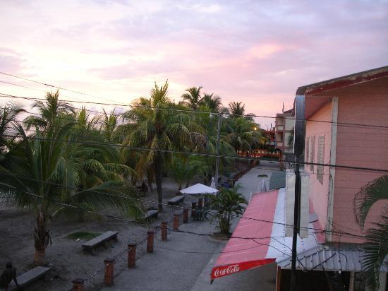 Hotel y restaurante colonial playa prices reviews for Hotel maya tela