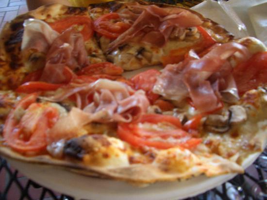 Ossorio Bakery & Cafe: これはロイヤルピザ  生ハム、トマト、チーズなど 生地はパリパリ系です