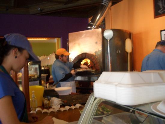 Ossorio Bakery & Cafe: 店員のおねえさんがとってもキュート  この雰囲気でここが大好きになりました