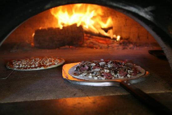 Maialino alla brace a vista foto di funivia gubbio - Temperatura forno a legna pizza ...