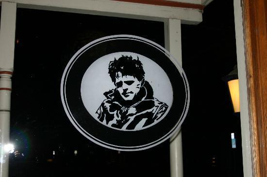 ذا جاك لندن لودج: Jack London Etched into the Window overlooking Pub