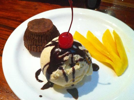 Valhalla Bar & Restaurant: Chocolate cake with ice cream and mango