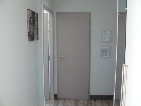 Hotel-Restaurant Le Regal: Corridor and door to main bedroom and toilet