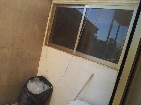 Burlington Apartments : Kabel hängen frei herum. Dreck ist nicht an der Kamera sondern an der Glasscheibe