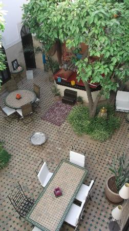 Riad Aguerzame: Breakfast in the courtyard