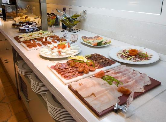 Buffet desayunos picture of parador de jarandilla de la vera jarandilla de la vera tripadvisor for Sideboard toledo