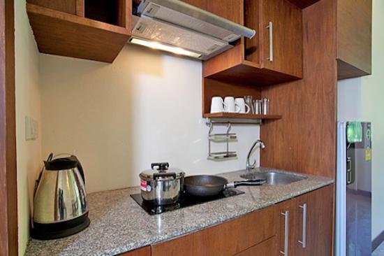 Thai Estate Beach Apartments: apartment kitchen