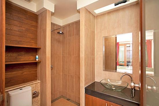 Thai Estate Beach Apartments: apartment bathroom