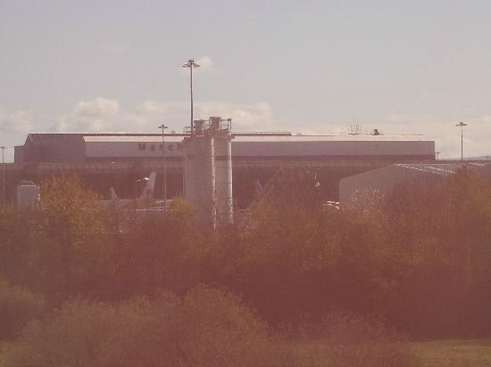 Premier Inn Manchester Airport (M56/J6) Runger Lane South: Looking over to the Airport