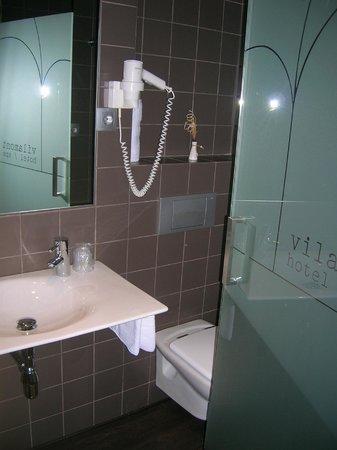 Hotel Spa Vilamont:                                     lavabo, à côté les toilettes