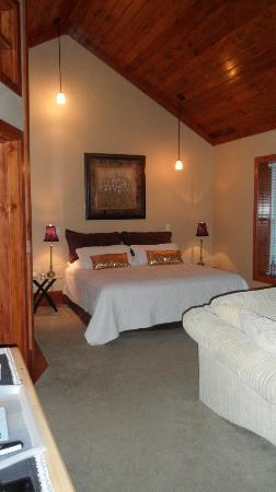 Algonquin Mists Guest Home and Retreat: Garden View Suite